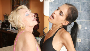 Hot babe fisting a old lesbian