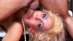 Mikki Lynn's humongous mouth gets totally poked to the depths!