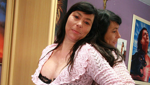 Amateur housewife enjoys to work her hairy snatch