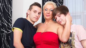 This wild housewife loves a threesome