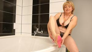 Hairy chubby mama playing in the bath
